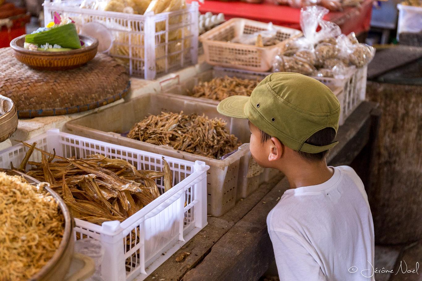 Jimbaran - marché traditionnel, Thomas et les poissons séchés