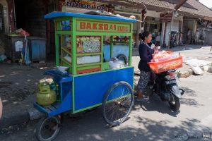 Jimbaran - marché traditionnel, vendeur ambulant
